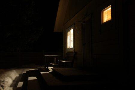 Rolety dzień i noc – poznaj nowoczesną osłonę okienną